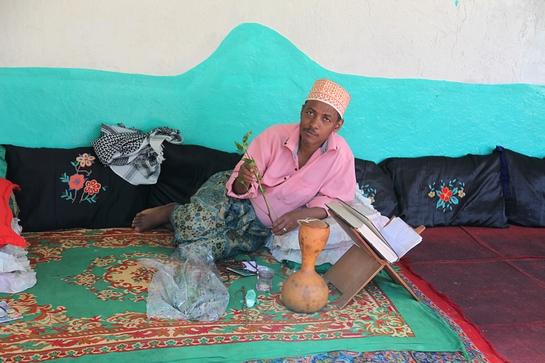 Harar je 4. nejdůležitější centrum islámu, avšak namísto fundamentalismu zde spíše vládne hedonismus: kromě symbolického vztahu místním k hyanám je typické žvýkání  khatu. [Čat] je nejen ideální rostlinná droga pro chit - chat,  ale rovněž představuje spiritus agens veškerého sociálního života Hararu.