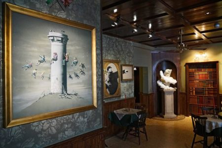 piano-bar-the-walled-off-hotel-banksy