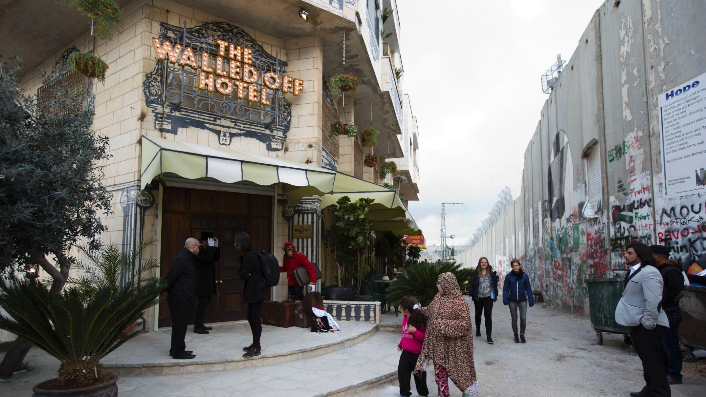 Banksyho hotel snejhorším výhledem na světě