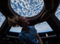 Astronautka koukající na zemi