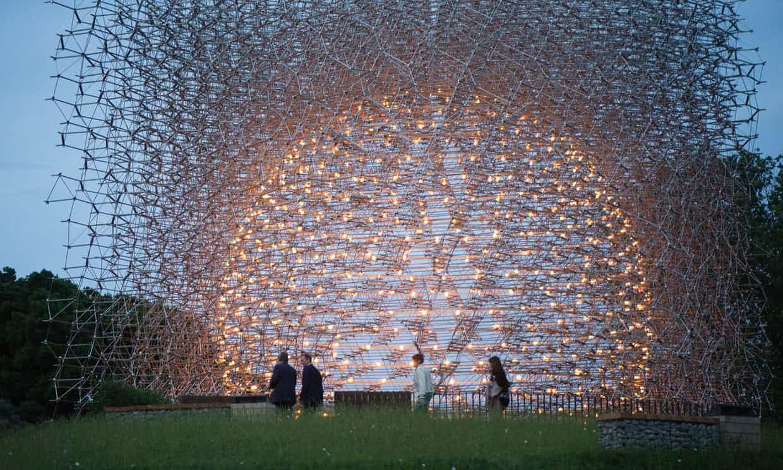 Umělecká instalace dává lidem možnost se ocitnout vcentru včelího úlu