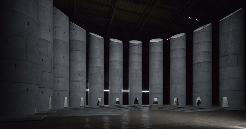 Ohromující architektonická performance popisuje anatomii lidského smutku